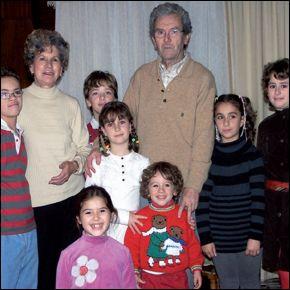 Abuelos y hermanos acompañan a Miguel