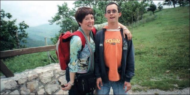 Gonzalo con su madre Cristina de excursión